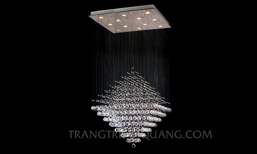 Đèn chùm sợi quang được thiết kế dựa trên khuôn hình kim tự tháp khác lạ, được cấu tạo từ những sợi quang phát cạnh lấp lánh. Những sợi quang phát ra nguồn ánh sáng rực rỡ cho đèn chùm, những sợi quang được sắp xếp để tạo ra một khối hình Kim tự tháp. Với sự đan xen hài hòa, đèn sợi quang sẽ làm cho bất kỳ không gian nào của bạn trang trọng, lung linh và nổi bật hơn.