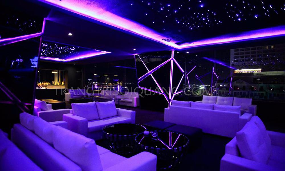 Trần sao nhân tạo Cafe - Bar được trang trí với việc mang cả bầu trời đêm vào không gian. Tạo cảm giác thư giãn, thoải mái cho quý khách hàng khi đến với dịch vụ của bạn. Góp phần rất quan trọng trong việc mang tới vẻ đẹp độc đáo. Cũng như thông qua trần ánh sao cafe - bar để thể hiện được sự cảm nhận về tính thẩm mỹ của bạn, thu hút nhiều khách hàng hơn.