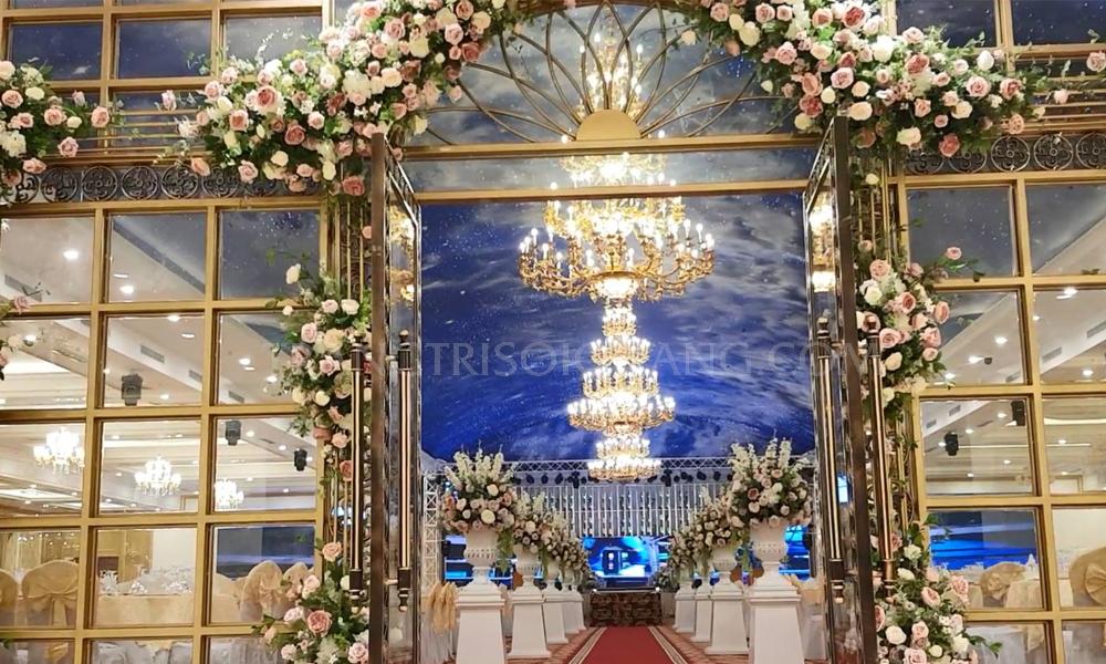 Trần sao nhân tạo tiệc cưới mang lại sự lung linh, lãng mạng cho không gian trong ngày cưới. Trần sao sẽ là lựa chọn hoàn hảo làm nên một đám cưới đáng nhớ. Với phong cách mới lạ nhưng mang lại sự sang trọng, lãng mạng. Ngày cưới là ngày trọng đại, là cột mốc bước sang trang mới của bạn, hãy để trần ánh sao giúp bạn có kỉ niệm đáng nhớ về ngày trọng đai này.