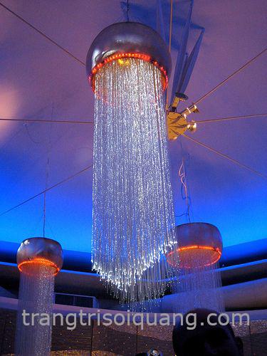 Đèn sợi quang kiểu thả trong phòng khách, với thiết kế theo xu hướng hiện đại, độc đáo. Đèn chùm sợi quang mang đến màu sắc khác biệt cho không gian của bạn và làm cho không gian phòng khách trở nên sang trọng và hiện đại hơn.